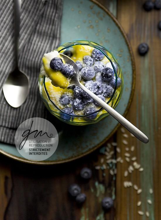 Photo recette - Riz au lait à la crème de mangue et myrtilles givrées - blog Cook'n Focus - Delphine Guichard photographe culinaire