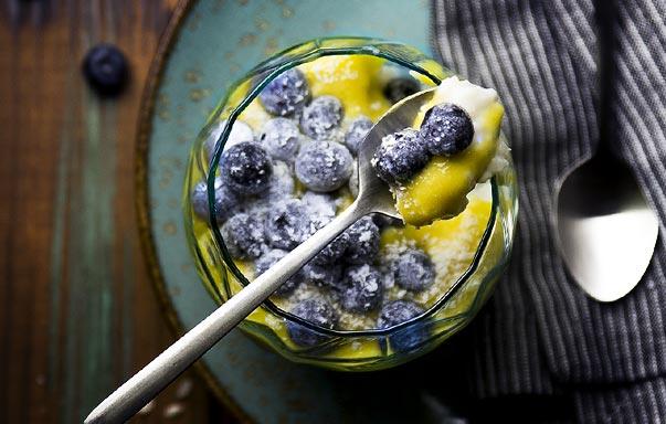 Riz au lait à la crème de mangue et myrtilles givrées