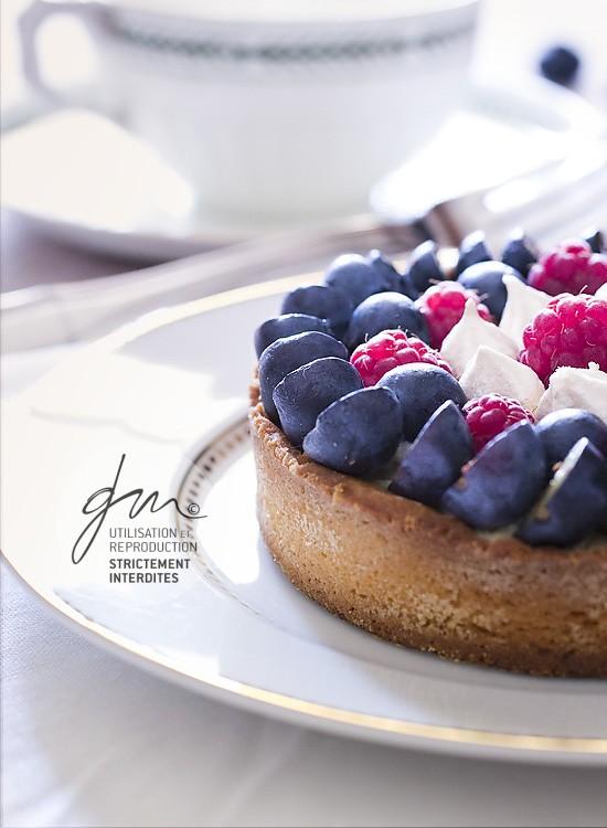 Photo recette - Tarte à la framboises myrtilles et pointes de meringue - blog Cook'n Focus - Delphine Guichard photographe culinaire